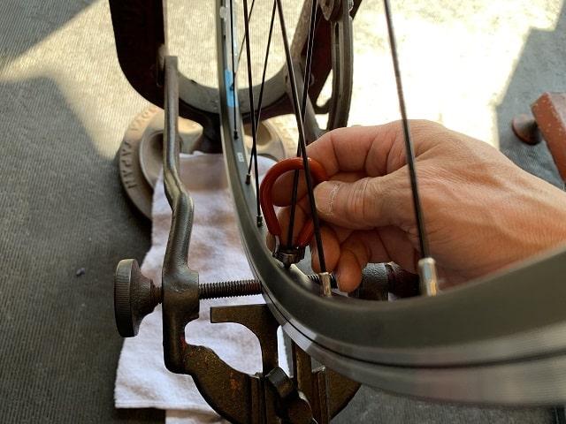 自転車組立作業ホイールバランス調整