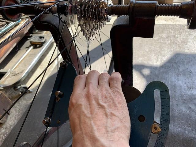 自転車組立作業後輪スポークテンションメーターで確認