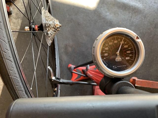自転車組立作業後輪タイヤ空気圧設定