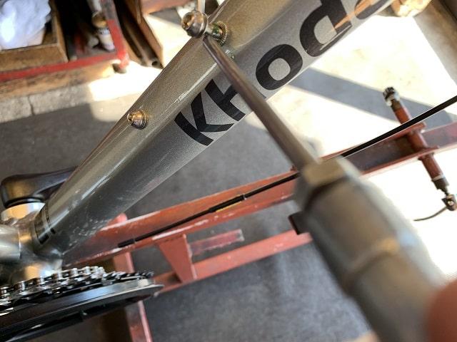 自転車組立作業クロスバイクのボトルケージネジにグリス塗布