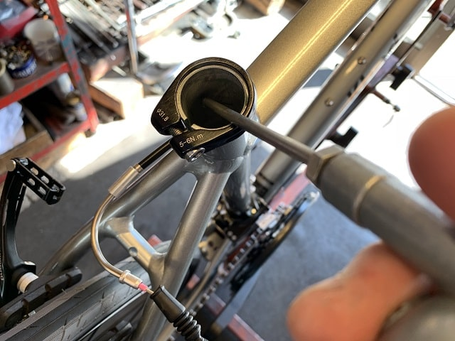 自転車組立作業クロスバイクのシートチューブ内にグリス塗布