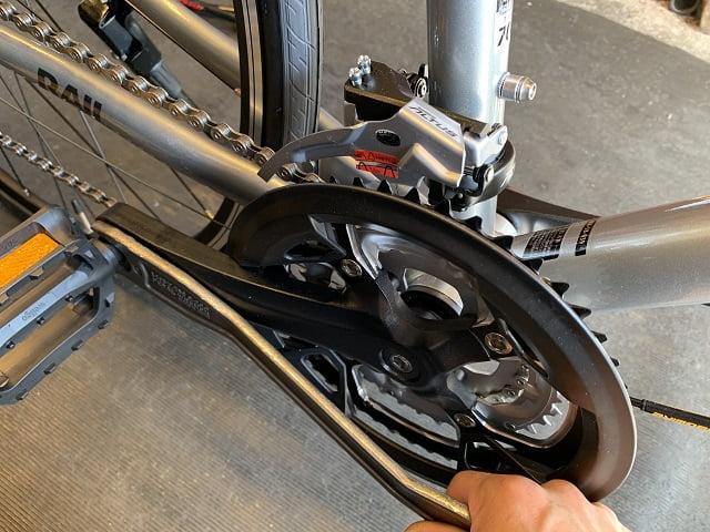 自転車組立作業クロスバイクのペダルを専用工具で締める