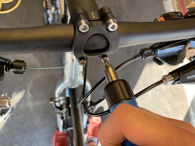 自転車組立作業クロスバイクのネジ部をトルクレンチ工具で締める