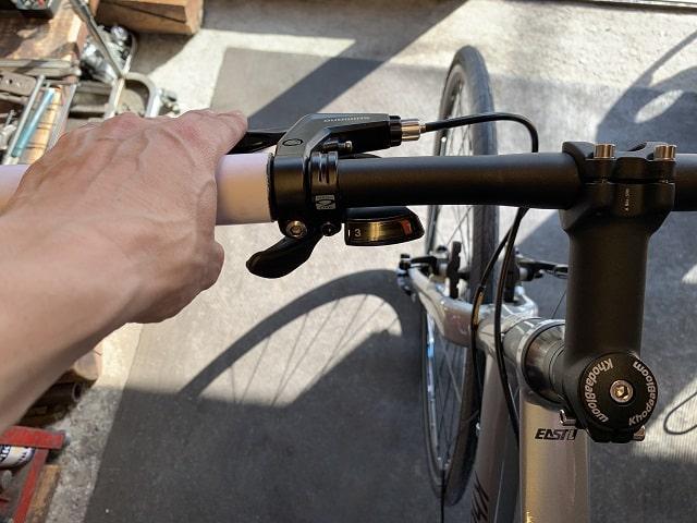 自転車組立作業クロスバイクのレバー位置を手首に角度に合わせ調整する