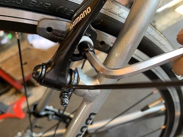 自転車組立作業クロスバイクのVブレーキシュー位置調整