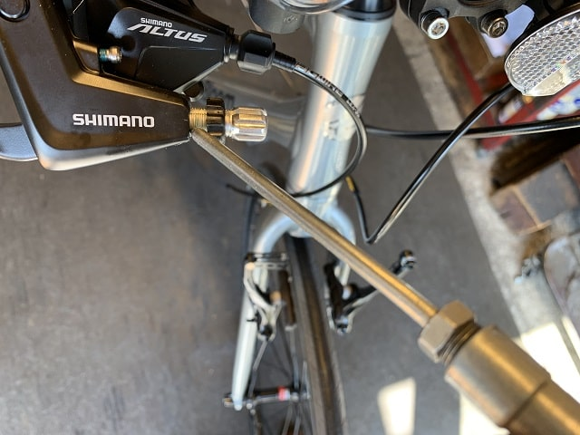 自転車組立作業クロスバイクのブレーキアジャストネジにグリス塗布