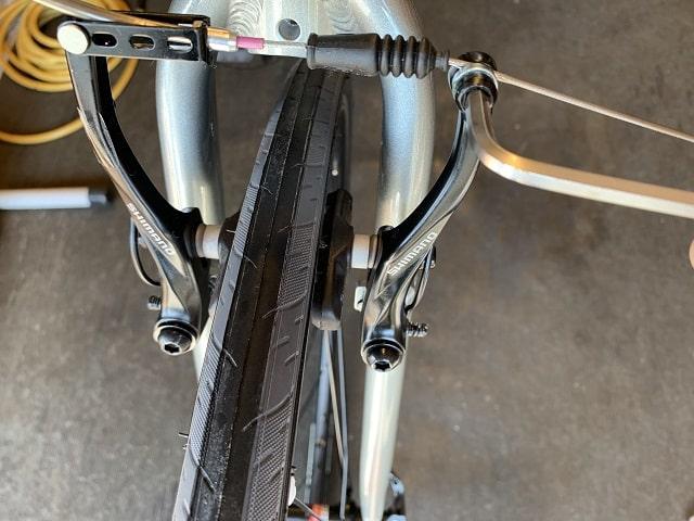 自転車組立作業クロスバイクのVブレーキ調整