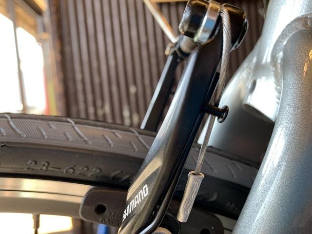 自転車組立作業クロスバイクのブレーキアウターキャップ被せる