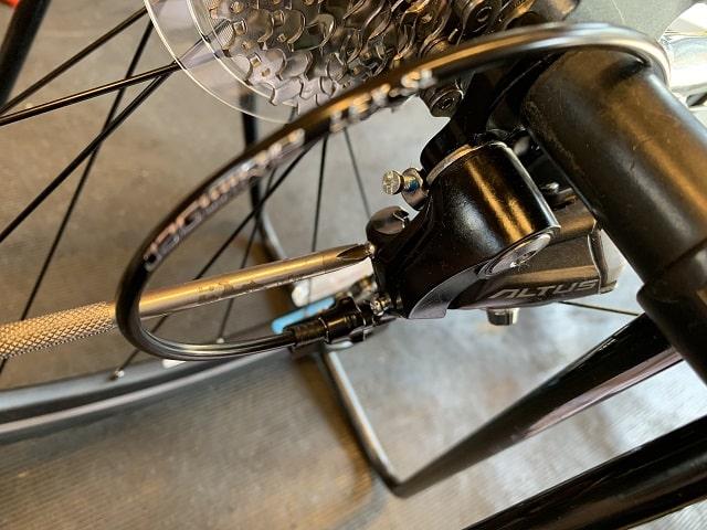 自転車組立作業クロスバイクのリアディレイラー調整