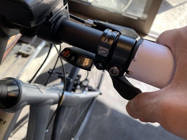 自転車組立作業クロスバイクの変速レバー操作確認