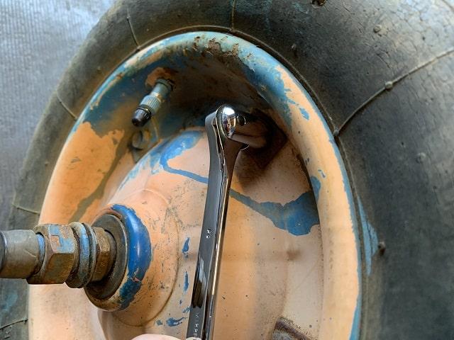 作業用一輪車(ネコ)レンチ工具でネジの供回りをおさえる