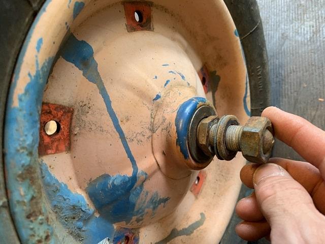 作業用一輪車(ネコ)軸ナットの片側緩める