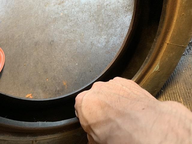 作業用一輪車(ネコ)タイヤ内側の異物確認作業