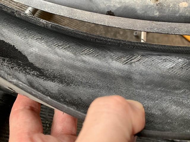 自転車タイヤ交換時期タイヤ内側のサイドが擦り切れている