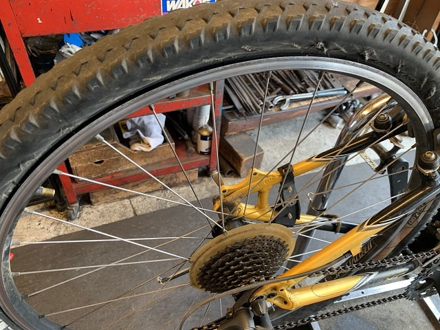 マウンテンバイクタイヤ交換作業前タイヤがすり減ってサイドも劣化