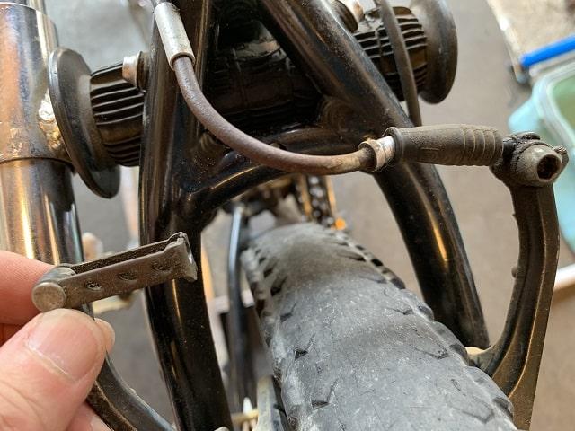マウンテンバイクタイヤ交換作業Vブレーキアーチを外す