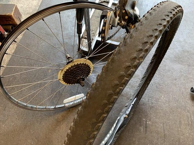 マウンテンバイクタイヤ交換古いタイヤチューブを取り外した状態