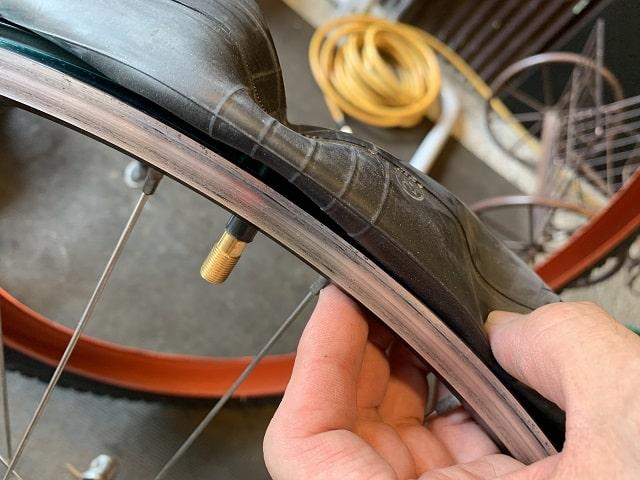 マウンテンバイクタイヤ交換作業チューブをバルブ穴に通す