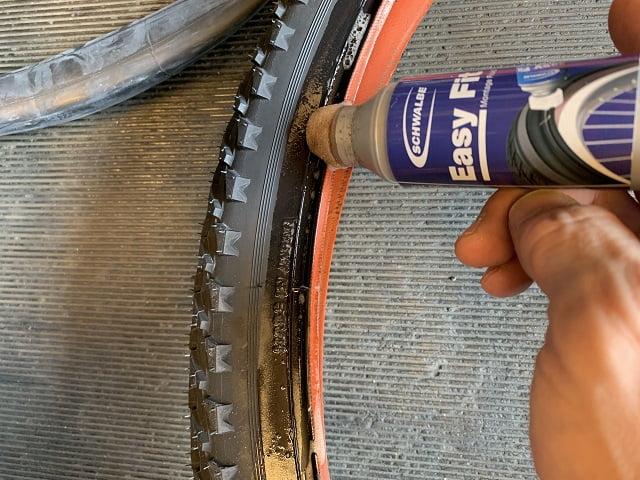 マウンテンバイクタイヤ交換作業シュワルベイージーフィットを塗布する