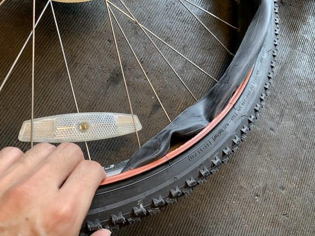 マウンテンバイクタイヤ交換作業チューブをタイヤ内側へ入れる