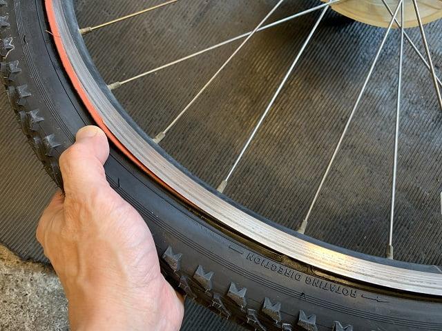マウンテンバイクタイヤ交換作業タイヤをリムにはめていく