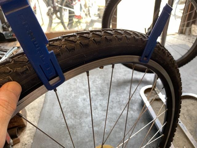 マウンテンバイクタイヤ交換作業シュワルベのクリップ式タイヤレバーを使う
