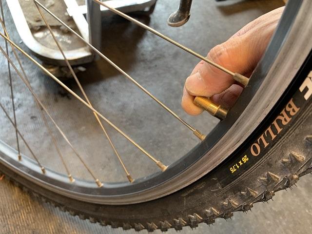 マウンテンバイクタイヤ交換作業チューブ口金がスムーズに動くか確認