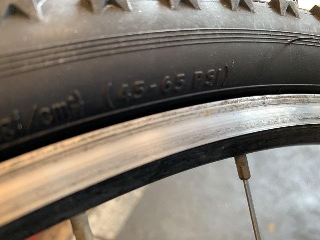 マウンテンバイクタイヤ交換作業で指定空気圧確認