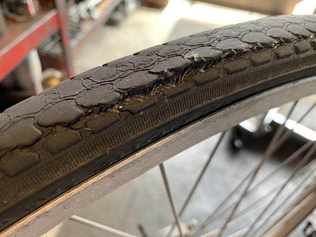 自転車タイヤ交換時期タイヤのトレッド部分が避けてゴムが剥がれてきている