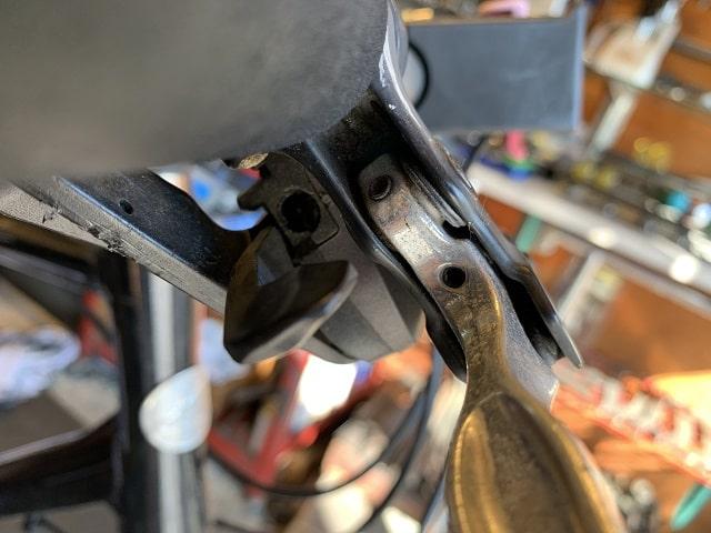 クロスバイク変速ワイヤー交換作業ワイヤー通し穴