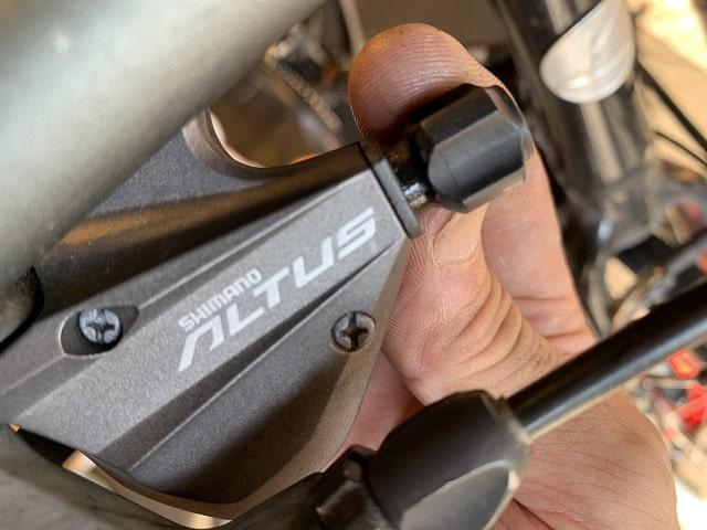 クロスバイクシフトレバーのアジャストボルトを締めこむ