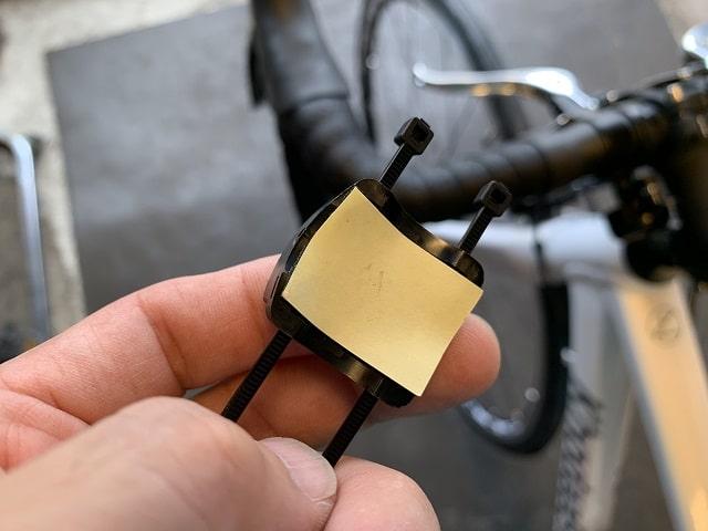 サイクルコンピューター取付ブラケット裏側に両面テープを張り付ける