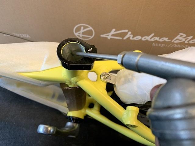子供自転車組立作業シートチューブにグリス塗布