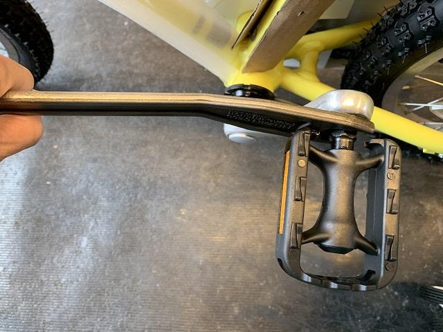 子供自転車組立作業ペダル締める