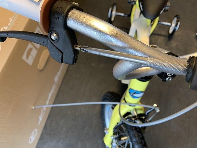 子供自転車組立作業ブレーキレバー握り幅調整