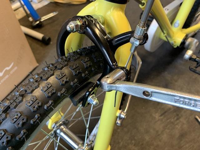 子供自転車組立作業ブレーキワイヤー締める