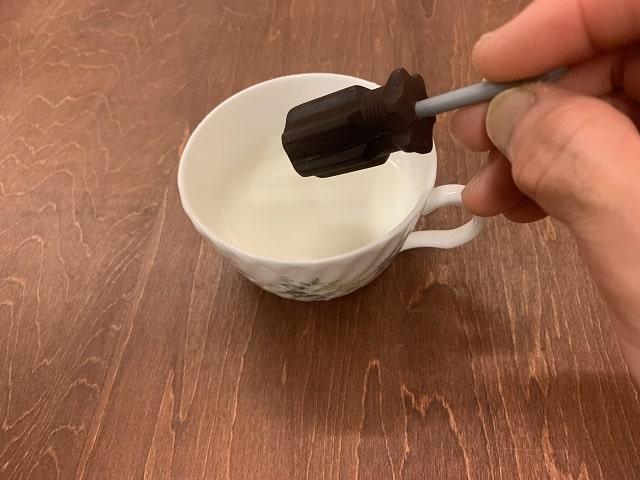 神戸フランツの工具チョコレート「ドライバー」をホットミルクに入れる