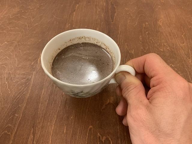 神戸フランツの工具チョコレート「ドライバー」を溶かしてホットミルクに混ぜホットチョコレートにして飲む