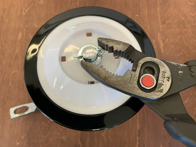 自転車補助輪取付割ピンをプライヤー工具で曲げる