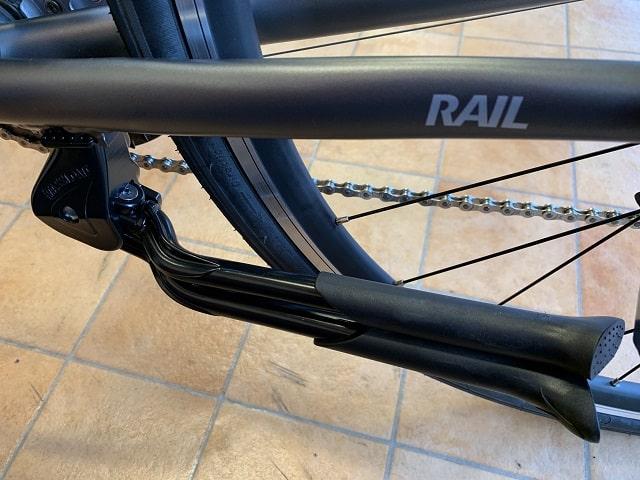 クロスバイクにダブルレッグセンタースタンド折り畳んだ状態