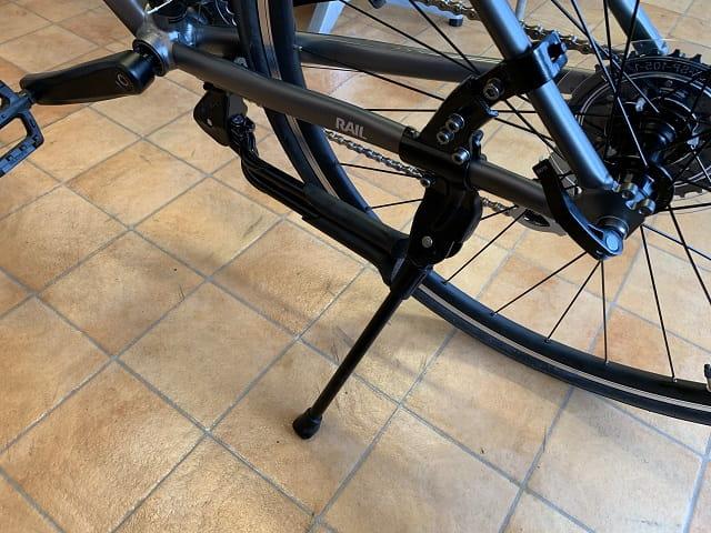 クロスバイクにセンタースタンドとサイドスタンド取り付けた状態