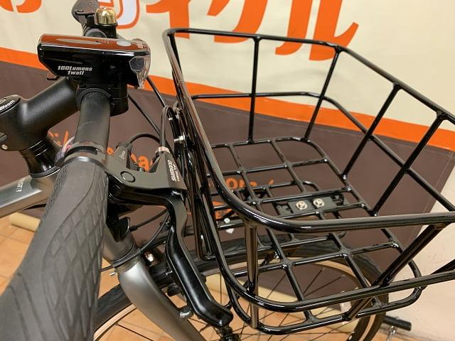 クロスバイクカゴ付きでハンドル部にライト装着
