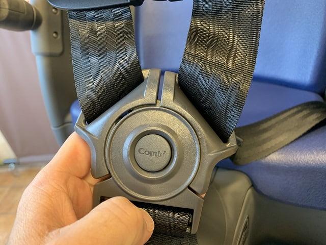 クルームリヤシートのバックルボタン