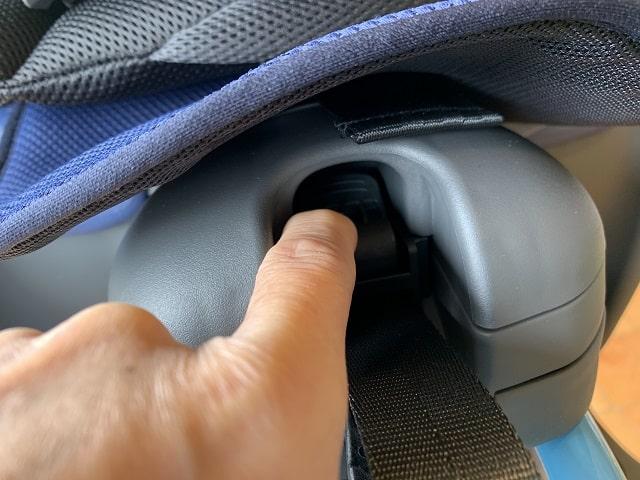 クルームリヤシートのベルト調整ボタン