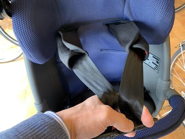 クルームリヤシートのシートベルトを引っ張る