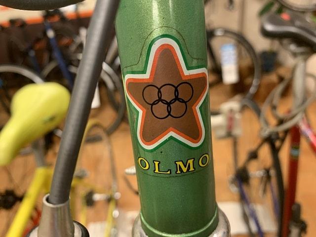 OLMOのヘッドマーク