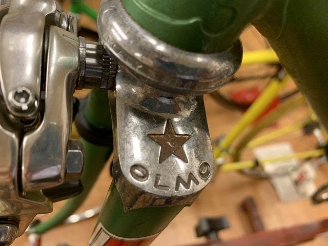 OLMOスチールフレームのフロントフォーク肩にもOLMO文字が刻印