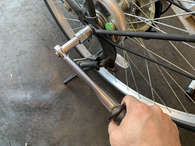 後輪をトルクレンチ工具で締め付け具合確認