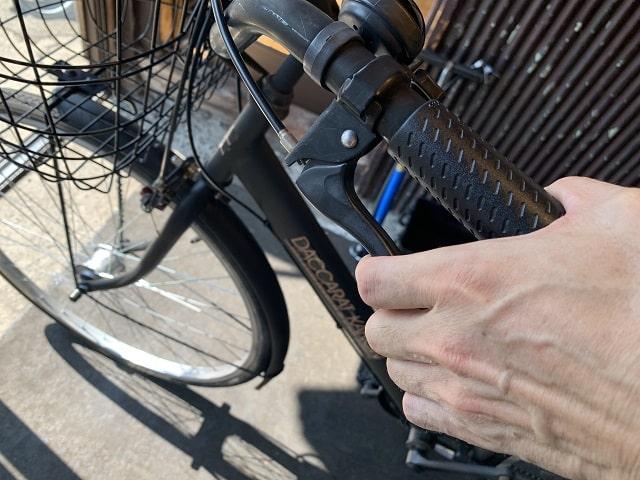 後ブレーキレバーを握り初期伸びを調整する