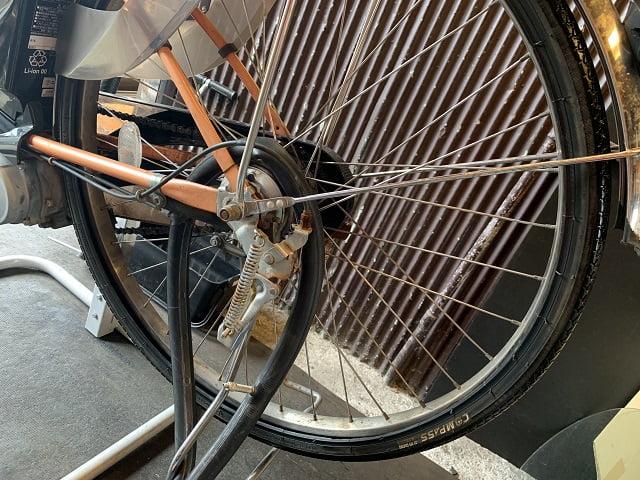 自転車タイヤの向き逆に取り付けられていた
